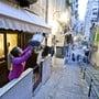 Menschen in ganz Italien musizieren auf ihren Balkonen gegen die Einsamkeit. EPA/CIRO FUSCO Geo-Information: Italien/Neapel Quelle: EPA Fotograf: CIRO FUSCO