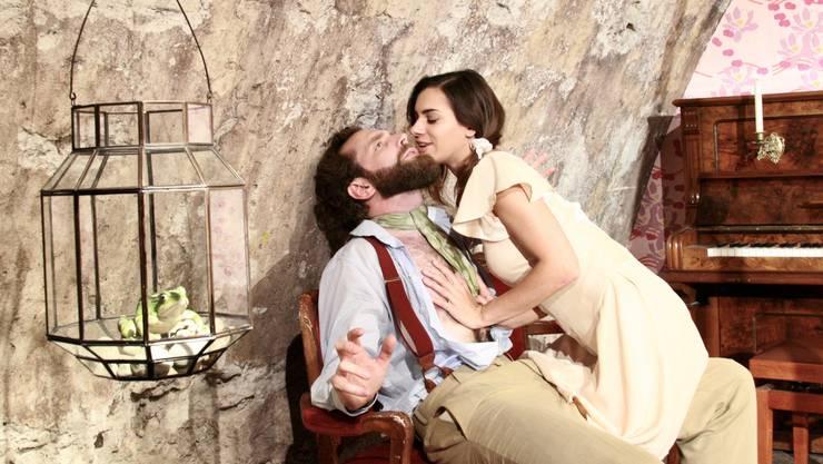 Peter Peter (gespielt von Niklas Leifert) hat auf Ingeborg (Jacqueline Vetterli) eine anziehende Wirkung.