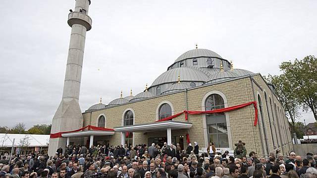 Muslime vor einer Moschee (Archiv)