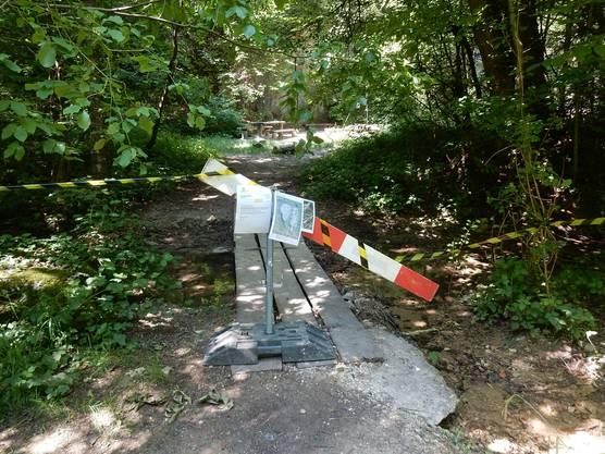 Der Zugang zur Kletterplatte ist weiträumig abgesperrt. Warnungen weisen auf die potentielle Gefahr durch Steinschlag hin.