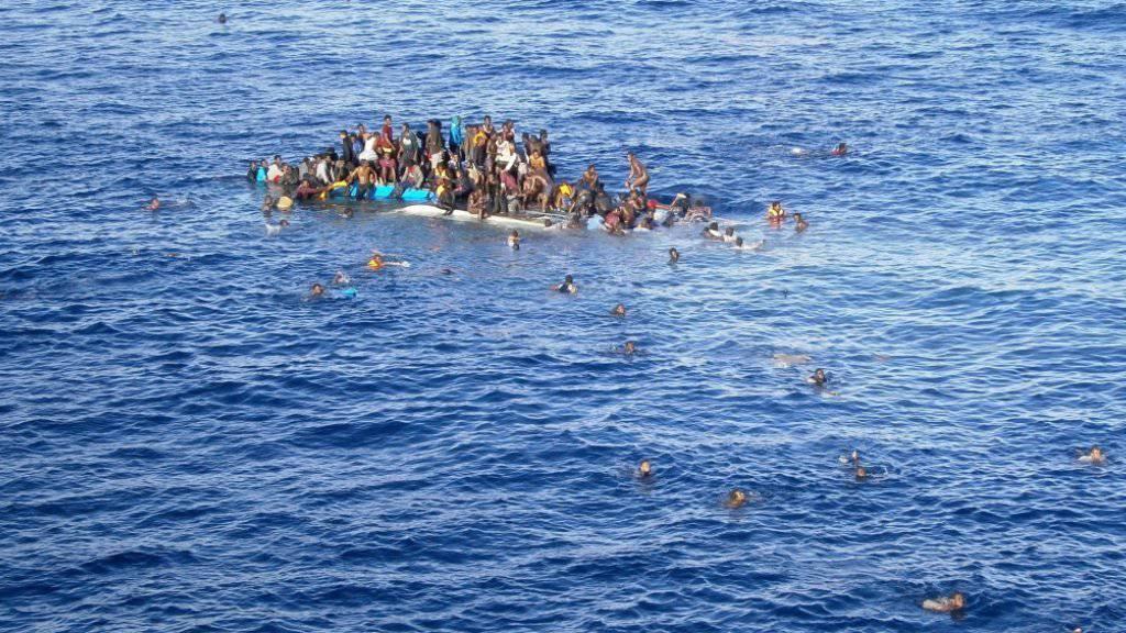 Flüchtlinge auf einem sinkenden Boot im Mittelmeer.(Archivbild) Die spanische Marine rettete am Donnerstag 286 in Seenot geratene Menschen von einem nur 15 Meter langen Holzboot. Die meisten kamen aus Afrika.