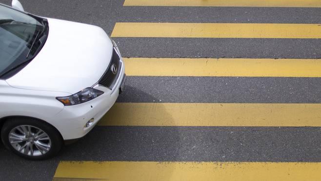 Eine Fahrschülerin hielt am Fussgängerstreifen an. Dabei prallte ein Fahrradfahrer auf das Heck ihres Autos. (Symbolbild)