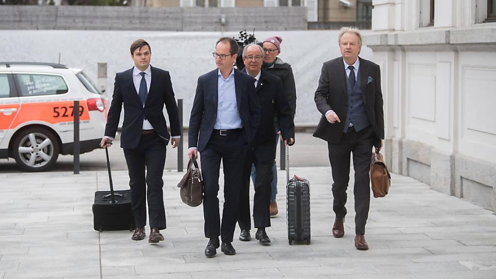 Der Ex-Fifa-Generalsekretär Urs Linsi (Mitte) und die weiteren Angeklagten im Fifa-Prozess können sich vorerst zurücklehnen. (Archivbild)