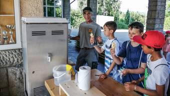 Pius Wietlisbach, Schulhausabwart in Dottikon, hat spontan eine Softeis-Maschine für die Schüler organisiert.