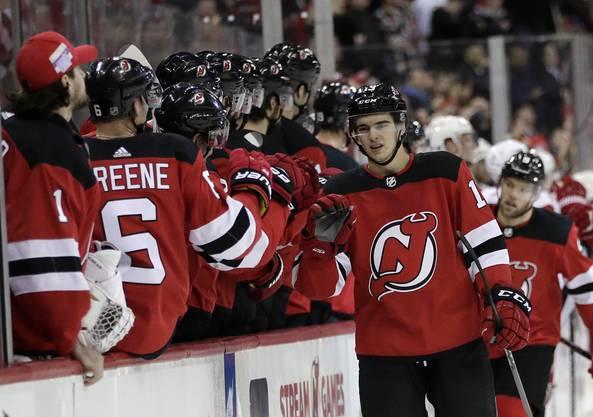 Nico Hischier schiesst sein erstes Tor in der neuen NHL-Saison.