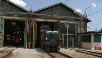 Historische Lok wird aus dem Depot gefahren.
