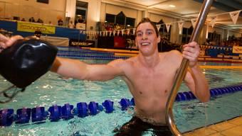 Schweizer Rekord und EM-Limite: Yannick Käser steigt nach dem SM-Final über 200 Meter Brust triumphierend aus dem Ustermer Becken. Foto: Keystone