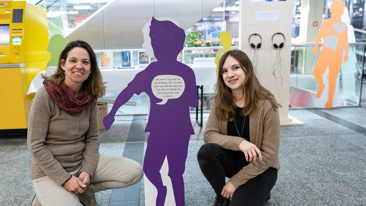 Karin Aeberhard und Jana Affolter (von links) wollen die Schlieremer Bevölkerung im Einkaufscenter für das Thema Kinder mit suchtkranken Eltern sensibilisieren.
