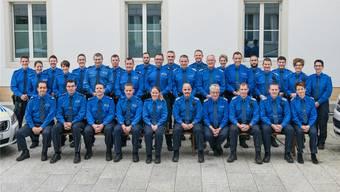 Die beiden Polizeikorps – jenes der Kantonspolizei (links) und der Polizei Oberes Fricktal – vor ihrem neuen Posten im renovierten alten Gemeindehaus.