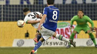Granit Xhaka lenkt den Schuss von Goretka zum Siegtreffer für Schalke unglücklich ab
