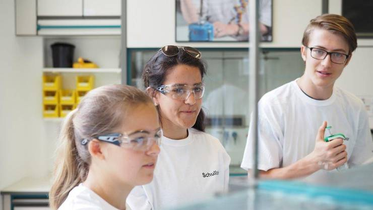 Sei 25 Jahren wird den Schülerinnen und Schülern einen Einblick in die naturwissenschaftliche Arbeit ermöglicht.