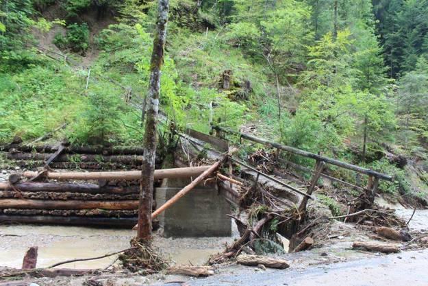 Ein Bild der Zerstörung - Heftige Niederschläge haben verschiedene Bachläufe über die Ufer treten lassen.