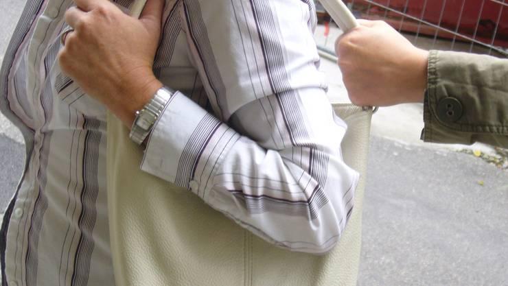 Die beiden Komplizen stahlen im Restaurant einer Besucherin die Handtasche und einem weiteren Gast das Mobiltelefon. Danach machte sich das Trio aus dem Staub.(Symbolbild).
