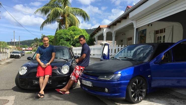 Jeremie und sein Kollege Guanatcha mit ihren heissen Schlitten. Tuning ist das Hobby von vielen Jugendlichen, ein schönes Auto zu haben wichtig.