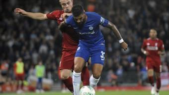 Xherdan Shaqiri bedrängt Emerson Palmieri von Chelsea