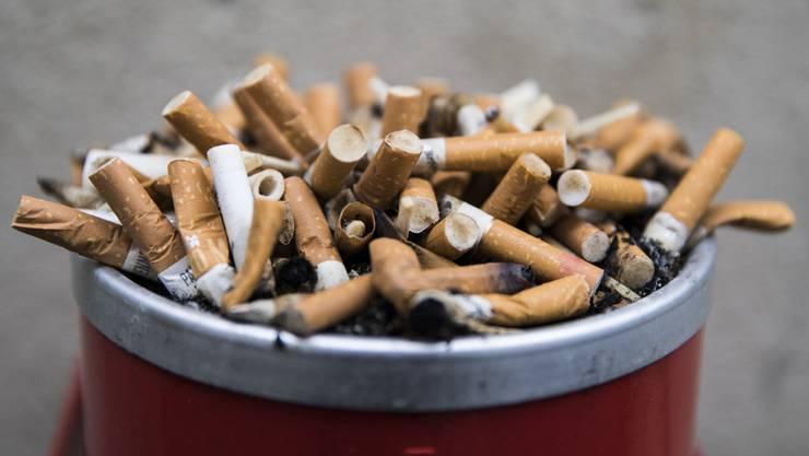 Kinder nehmen alles in den Mund - auch giftige Zigarettenstummel: Auf Dietiker Spielplätzen soll deshalb ein Rauchverbot gelten.