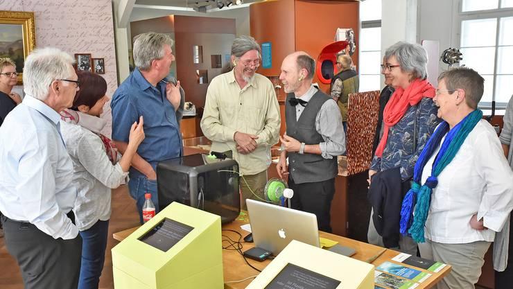 Witzige Erklärungen zur Funktion des 3D-Kunststoffdruckers durch Andreas Rohner und Josef Haefely ( Bildmitte, mit grünen Kopfhörern).
