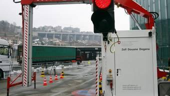 Ein mobiler Lastwagenscanner durchleuchtet einen Container am Zoll von Chiasso (Archiv)