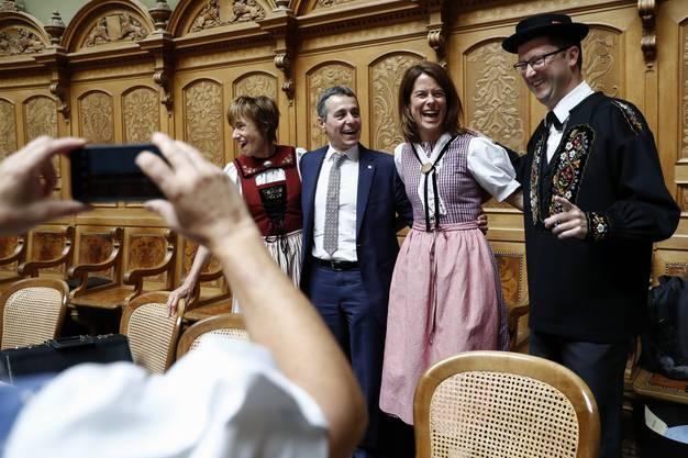 Posieren hier die trachtentragenden Ruth Humbel (CVP/AG), Petra Gössi (FDP/SZ) und Peter Keller (SVP/NW) mit dem nächsten Bundesrat?
