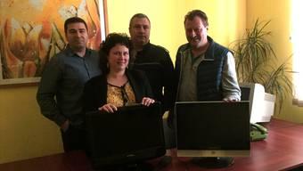 Franz Ruckli (rechts) mit zwei der gelieferten Fernseher im Gefängnis der rumänischen Ortschaft Tirgu Mures. Neben ihm (v.l.) ein Mitarbeiter eines Hilfsprojekts sowie die Vizedirektorin und der Sicherheitschef des Gefängnisses.