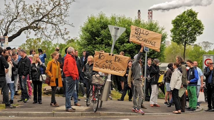 Demonstranten versammeln sich entlang der Burgfelderstrasse.
