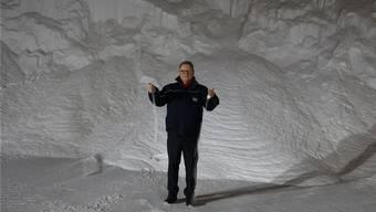 Salz wie Sand am Meer: Urs Hofmeier, Geschäftsführer der Schweizer Salinen AG, steht im Saldome der Saline Riburg.