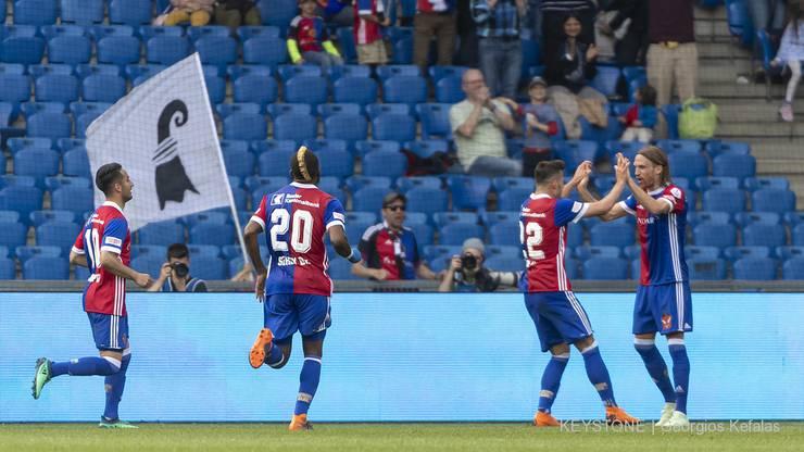 Die Basler Samuele Campo, Geoffroy Serey Die, Albian Ajeti und Michael Lang, von links, freuen sich über ihr 2:1.