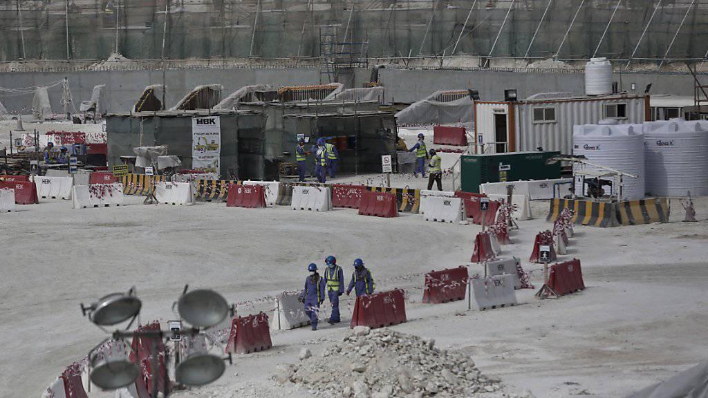 Blick auf die Baustelle des Al-Wakra-Stadions in Doha: Amnesty International kritisiert Katar erneut für ungenügende Arbeitsbedingungen. (Archivbild)