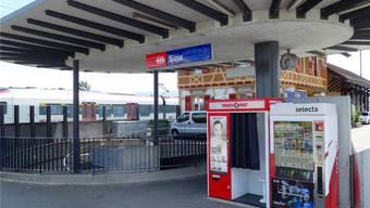 Ohne Take-away: Bahnhof Sins mit verschiedenen Automaten. Eddy Schambron