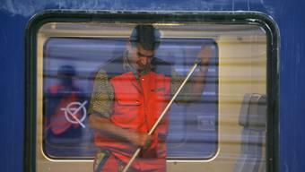 SBB-Angestellter reinigt Zug