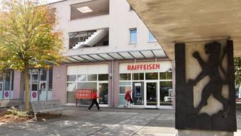 Feuerwehrlokal und Raiffeisenbank im Zentrum in Windisch: Die Bankräume sollen erweitert und auf einen zeitgemässen Stand gebracht werden.