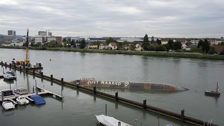 Am 4. August war das 52 Meter lange und mit einem Baggerkran ausgeruestete Schiff ausser Kontrolle geraten und gekentert.