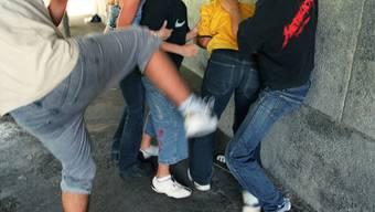 Der 27-Jährige erlitt bei der Auseinandersetzung mit mehreren Unbekannten schwere Verletzungen am Rücken. (Symbolbild)