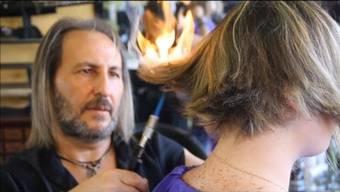 Schwerter, Ringe, Feuer... Alberto Olmedo hat einige einmalige Methoden um die Haare zu schneiden.