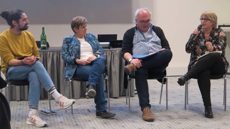 Nils Löffel (Moderation),  Esther Altermatt, Co-Geschäftsleiterin Suchthilfe Ost, Olten,  Kurt Adler, Präsident des Vereins Notschlafstelle Baden und  Marion Rauber, Sozialdirektorin  der Stadt Olten (von links).