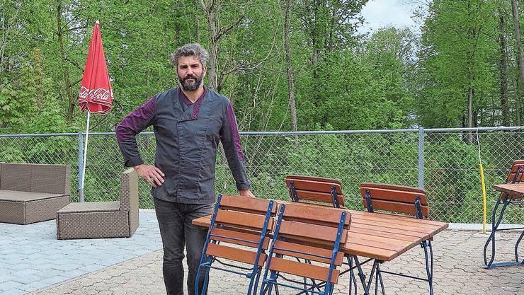 Wirt Rui Soares auf der Terrasse des Restaurants Rütli. Direkt hinter ihm sind die Nester der Krähen in den Bäumen des Häxewaldes zu sehen.