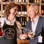 Haben allen Grund zum Lachen. Weinhändler Daniel Cortellini (l.) und Anwalt Hanspeter Geissmann stossen auf ihren juristischen Sieg und den Erhalt der Marke «Paradis» an – mit einem Cognac der Marke «Paradis».