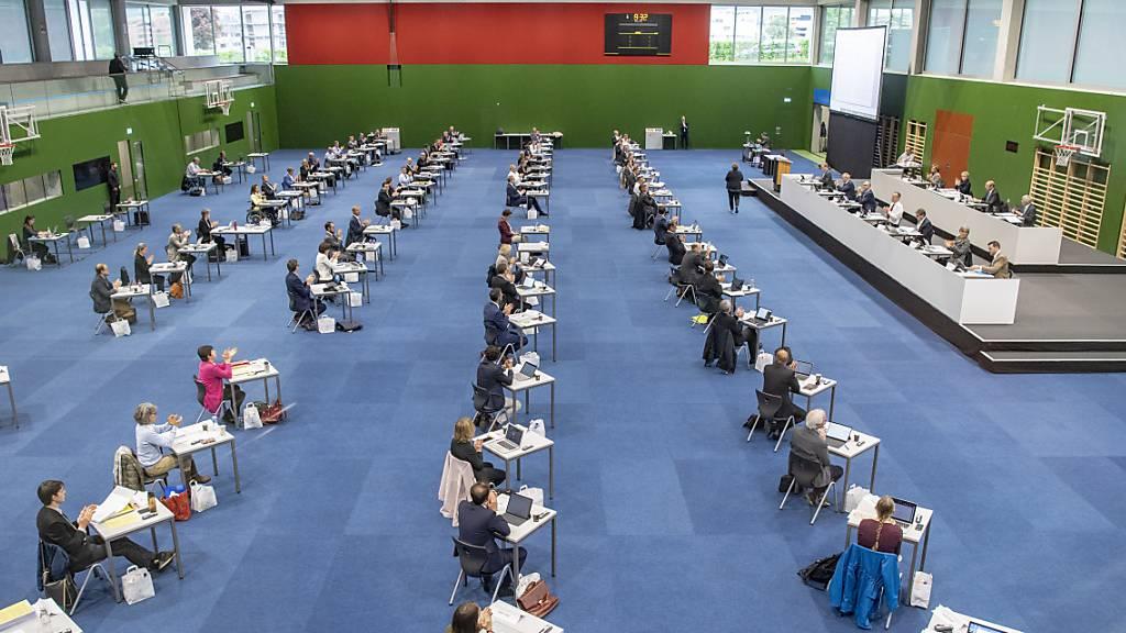 Die Zuger Kantonsräte debattierten am Donnerstag in der Dreifachturnhalle der Kantonsschule über längere Ladenöffnungszeiten. (Archivbild)