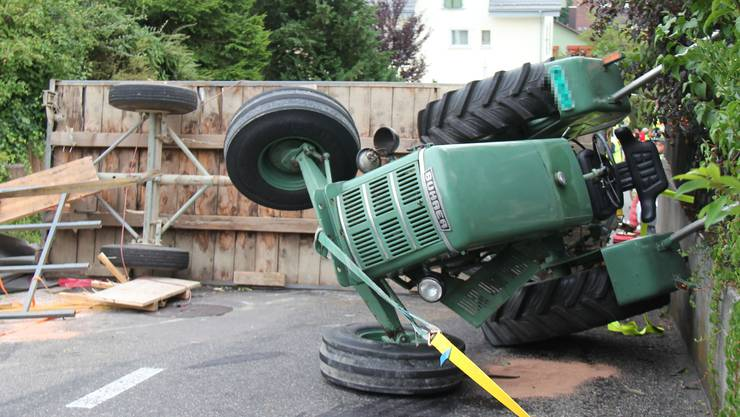 Der in die Jahre gekommene Bührer-Traktor weist nur an der Hinterachse eine Bremse auf. Sie war zu schwach um das Gewicht des Wagens zurückzuhalten.