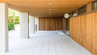 Die neue Doppelturnhalle/Mehrzweckhalle in Mägenwil wird am kommenden Wochenende am 1125-Jahr-Jubiläum der Gemeinde feierlich eingeweiht. Im Bild: Das ebenfalls neu gebaute Schulhaus / Erweiterung.