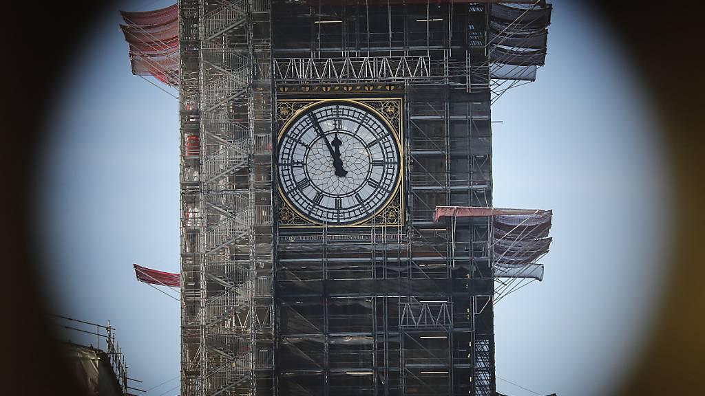 ARCHIV - Nahezu komplett hinter einem Gerüst verborgen ist die Turmuhr «Big Ben» des Palace of Westminster. Der Elizabeth-Tower wird von Grund auf saniert. Foto: Frank Augstein/AP/dpa