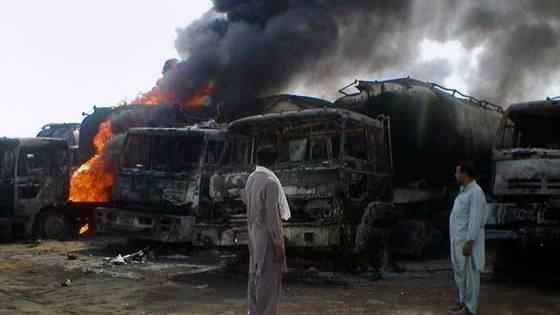 27 Tanklastwagen der NATO wurden in einem Attentat der Taliban völlig zerstört. Foto: AP