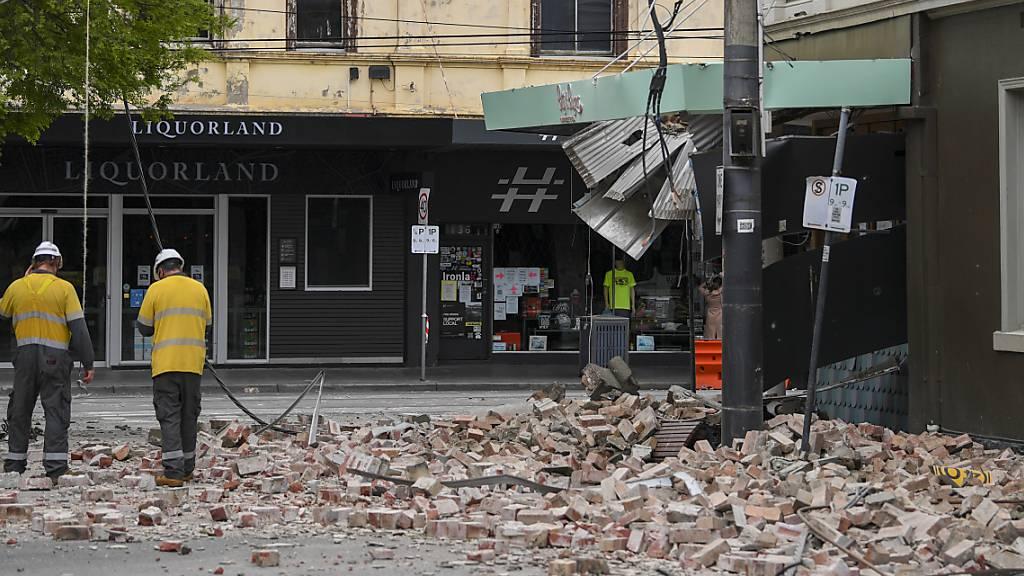 Rettungskräfte begutachten die Schäden nach einem Erdbeben. Der Bundesstaat Victoria an Australiens Ostküste ist von einem Erdbeben erschüttert worden. Das Beben der Stärke 6,0 hat sich in Mansfield etwa 200 Kilometer nordöstlich der Millionenstadt Melbourne ereignet. Foto: James Ross/AAPIMAGE/AP/dpa