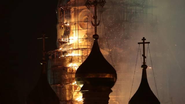Flammen schlagen aus dem Glockenturm des Klosters in Moskau