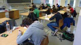 Schüler der Bezirksschule Baden bei der allerletzten Abschlussprüfung.