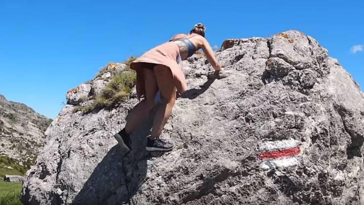 Leichtbekleidet auf den Felsen: Yoga-Lehrerin Cat Meffan aus London.