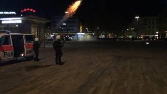 Über die Osterfeiertage kam es zu mehreren gewalttätigen Übergriffen auf Einsatzkräfte der Stadtpolizei Zürich. Es wurden Gummischrot, Tränengas und ein Wasserwerfer eingesetzt.