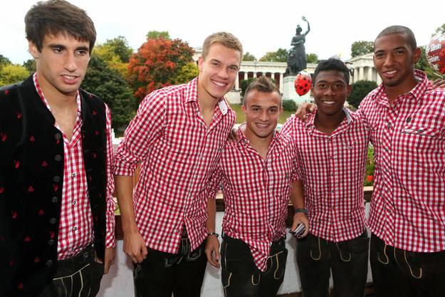 Xherdan Shaqiri mit seinen Bayern-Teamkollegen Javi Martinez, Holger Badstuber, David Alaba und Jerome Boateng (von links)