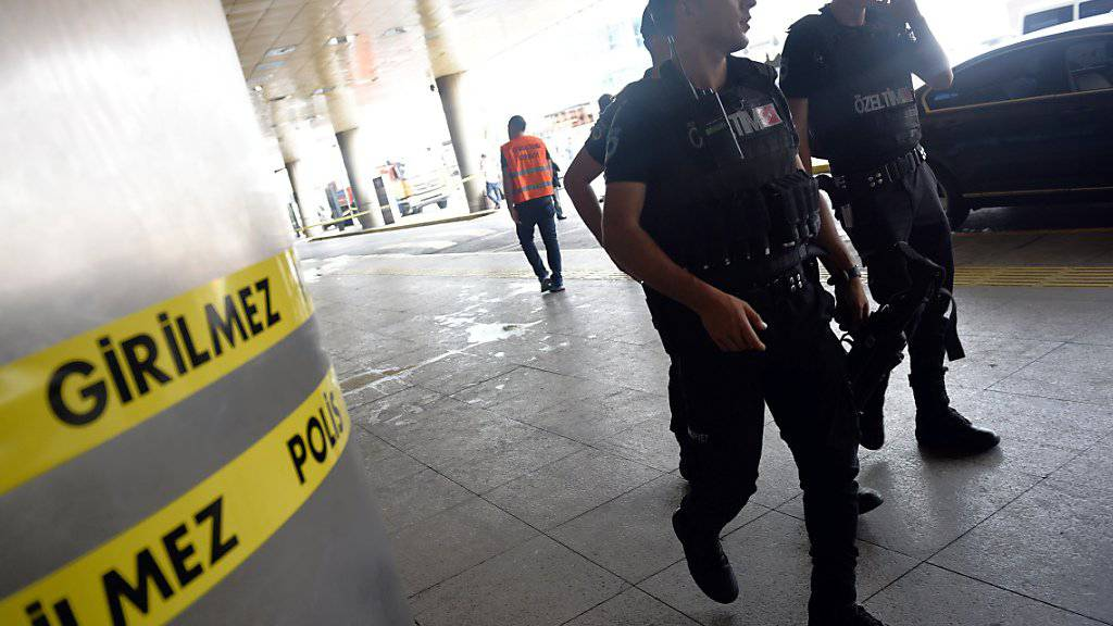 Sicherheitskräfte patrouillieren ausserhalb des Flughafens Atatürk nach dem Anschlag