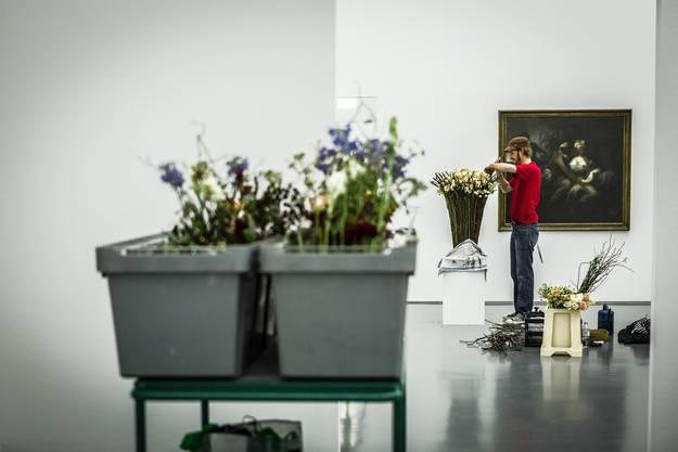Einblicke in die Aufbauarbeiten der Ausstellung «Blumen für die Kunst» im Kunsthaus in Aarau.